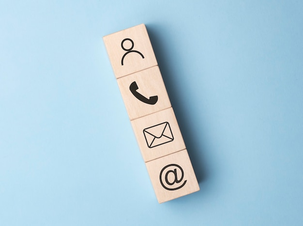 Symbole de bloc de bois téléphone, courrier, adresse et téléphone portable, page de site web contactez-nous concept