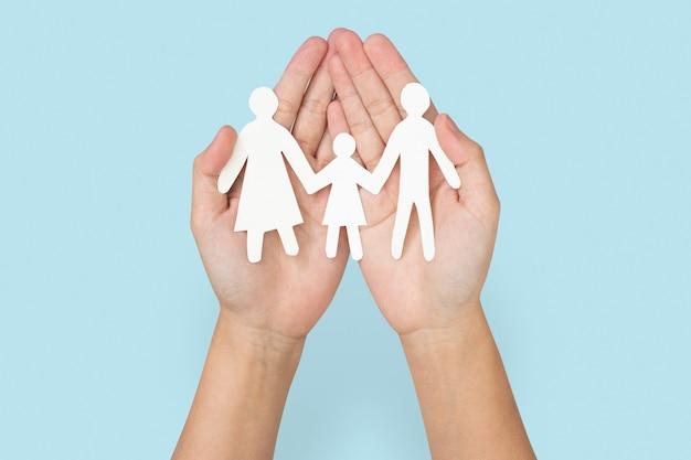 Symbole de charité d'artisanat de main de papier de famille heureuse
