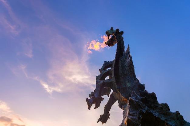 Symbole de cracovie - légendaire monument du dragon de wawel en pierre qui souffle du feu de sa bouche.