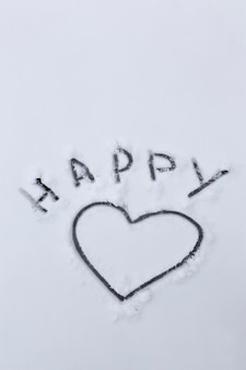 Symbole dessiné du coeur et des mots heureux