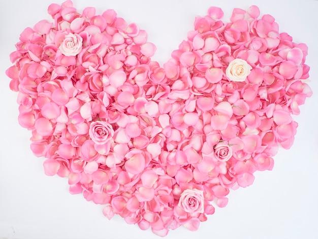 Symbole du coeur composé de pétales de rose rose