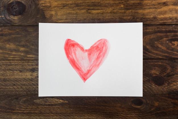 Symbole du coeur sur une feuille blanche
