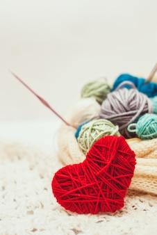 Symbole du coeur tricoté et pelotes de laine