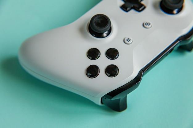 Symbole du cyberespace. manette de jeu blanche, console de jeu isolée sur fond tendance coloré bleu pastel. concept de confrontation de contrôle de jeu vidéo de compétition de jeux vidéo.