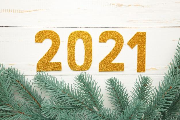 Symbole du numéro 2021 et décoration de noël sur fond en bois bleu