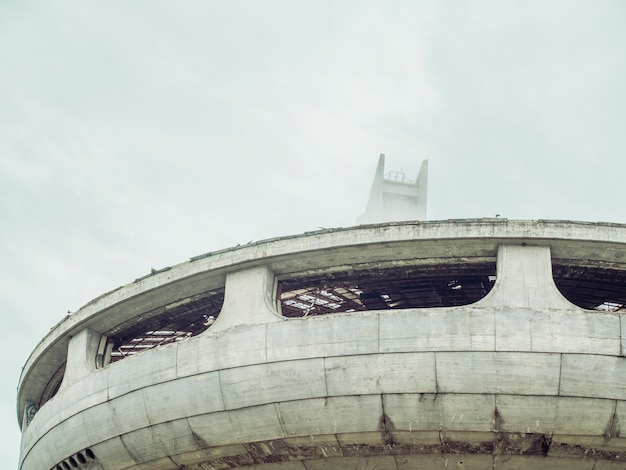 Symbole de l'effondrement de l'union soviétique. close up monument abandonné et effondré en forme d'ovni en europe de l'est.