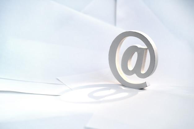 Symbole d'email sur fond d'enveloppe blanche. concept pour email, communication ou contactez-nous