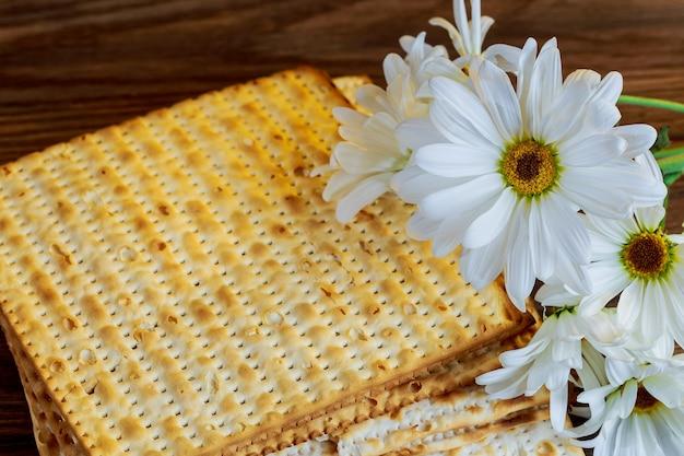 Symbole de la fête juive pâque juive nourriture pâque juive nourriture pessah matzoh gerbera blanc