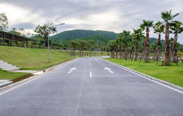 Symbole de flèche de route en béton dans un parc public