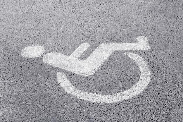 Symbole de handicapé sur place de parking