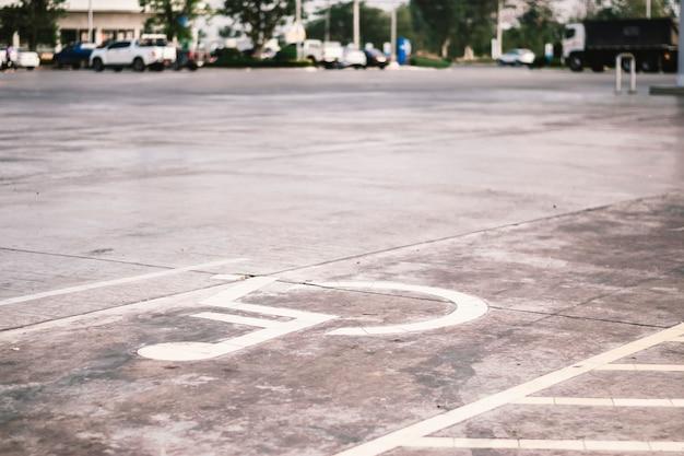 Symbole handicapé sur la route