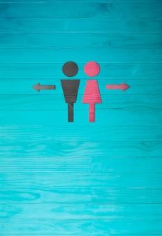 Le symbole de l'homme et la femme, signe de toilette sur fond de mur en bois bleu.