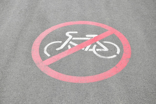 Symbole interdit à vélo sur route goudronnée. signe interdit de cyclisme imprimé sur le sol sur l'asphalte.
