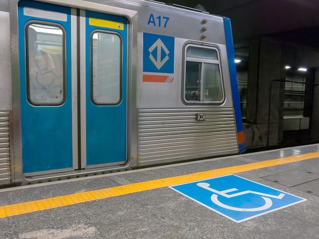 Symbole international d'accès dans la station de métro brésilienne