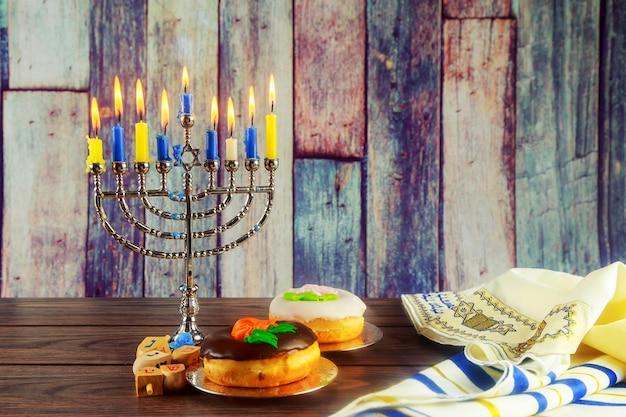 Symbole juif fête juive hanukkah avec candélabre traditionnel menorah et dreidels en bois spinni ...
