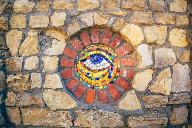 Symbole De La Mosaïque Circulaire Eye Of Horus Sur Mur De Pierre. Photo Premium