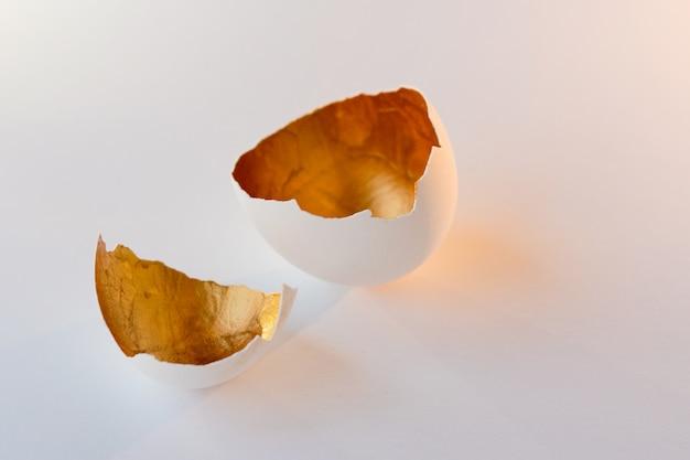 Symbole d'une nouvelle vie, les coquilles d'oeufs. décoratif, couleur or à l'intérieur
