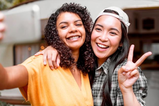 Symbole de paix heureux amis féminins