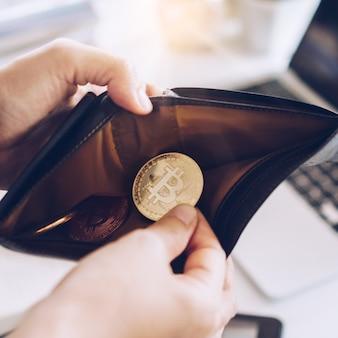 Symbole de pièce de monnaie bitcoin de l'argent numérique crypto-monnaie. de l'argent pour l'avenir dans un portefeuille en cuir. réserve de valeur ou économie d'argent en bitcoin.