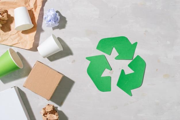 Symbole de recyclage avec des déchets sur la vue de dessus de fond en bois