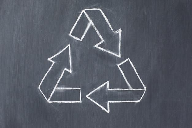 Symbole de recyclage de vecteur sur un tableau noir