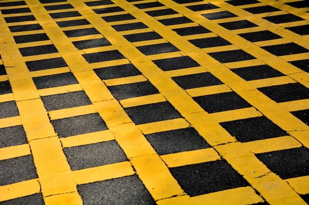 Symbole de table jaune sur la route goudronnée en milieu urbain