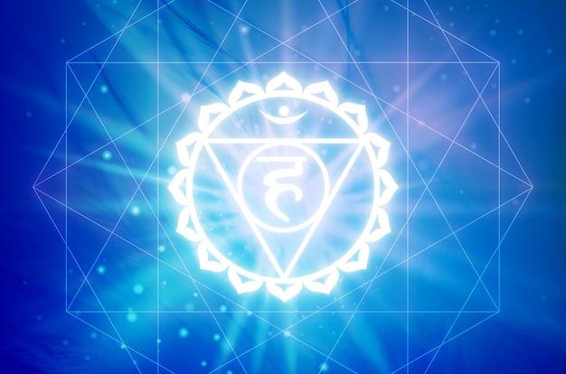 Symbole vishudha chakra sur fond bleu. c'est le cinquième chakra, également appelé le chakra de la gorge