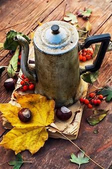 Symboles d'automne, feuilles tombées, novembre, thé