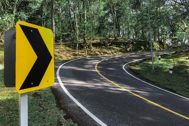 Symboles de circulation routière courbe à droite à vitesse réduite