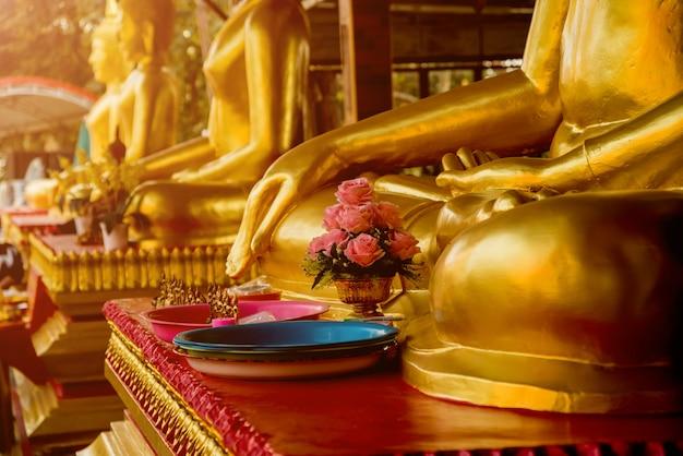 Symboles du bouddhisme. asie du sud-est. détails du temple bouddhiste en thaïlande.