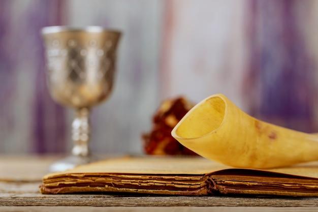 Les symboles de la fête du nouvel an juif de roch hachana sont-ils sur la table synagogue