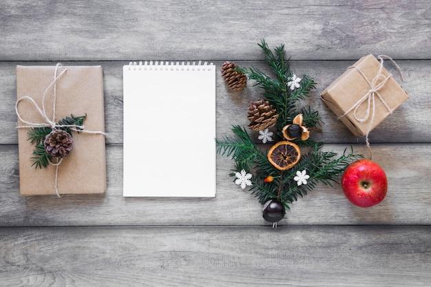Symboles d'hiver près de cadeaux et cahier