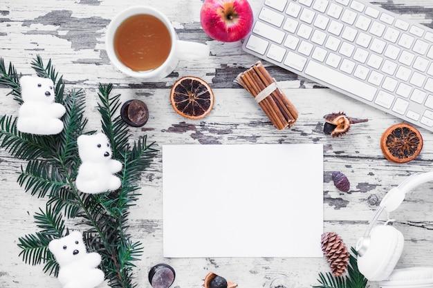 Symboles d'hiver près de la feuille de papier et du clavier