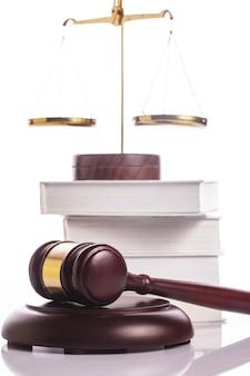 Symboles de justice -échelle, livres et marteau sur blanc