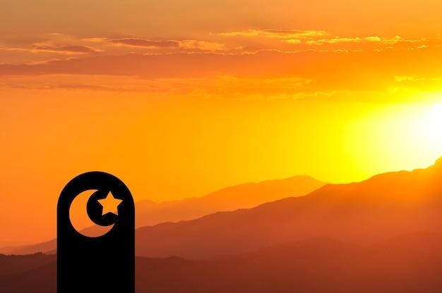 Symboles musulmans sur le fond du soleil couchant dans les montagnes