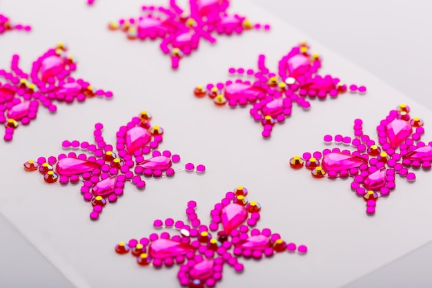 Symboles de papillon en macro de pierres précieuses décoratives