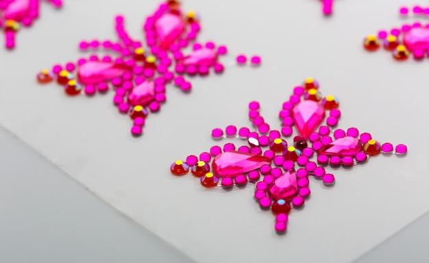 Symboles de papillons faits de pierres précieuses décoratives