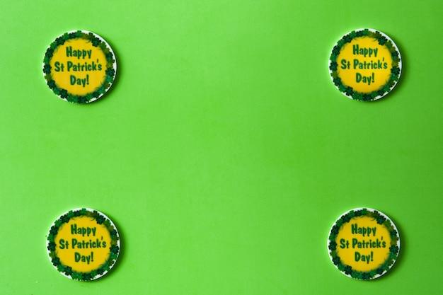 Symboles de la saint-patrick sur vert