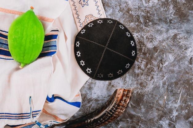 Symboles traditionnels fête juive de souccot etrog, loulav, hadas, livre de prières arava kippa tallit