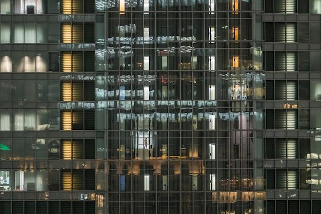 La symétrie de bâtiment qui ont employé dans ascenseur sur heure de travail