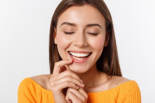 Sympathique jeune femme souriante avec beau portrait de visage