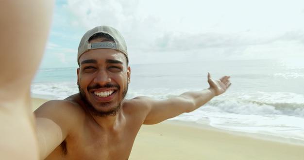 Sympathique jeune latino-américain invitant à venir au brésil
