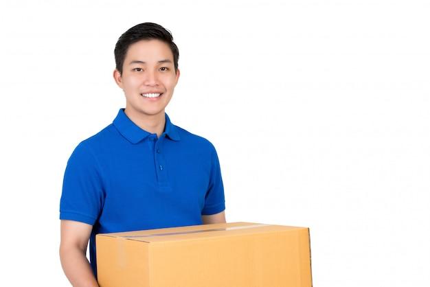 Sympathique livreur asiatique en polo bleu portant une boîte à colis
