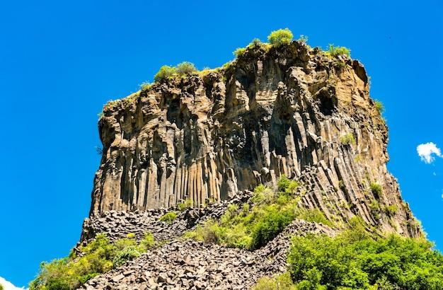 La symphonie des formations de colonne de basalte de pierres dans la gorge de garni, arménie