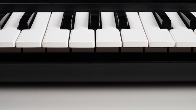 Synthétiseur clavier midi, touches de piano se bouchent.