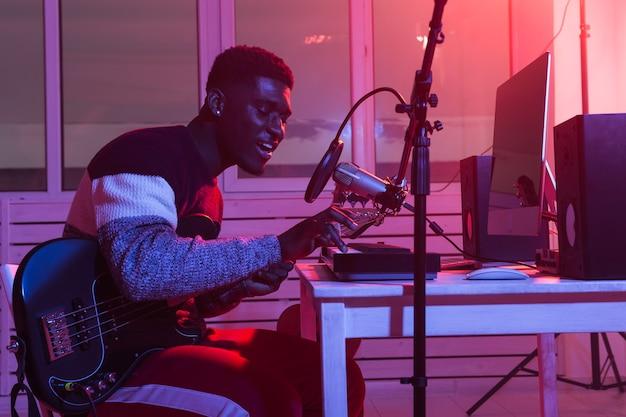 Synthétiseur d'enregistrement de musicien professionnel afro-américain en studio numérique à la maison, musique