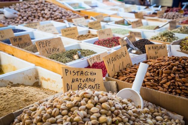 Syracuse, sicile, italie. détail du marché local traditionnel de pistaches et d'amandes.