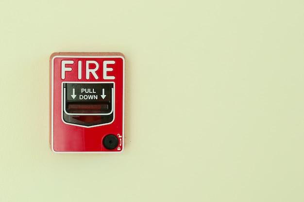 Système d'alarme incendie installé sur le mur.