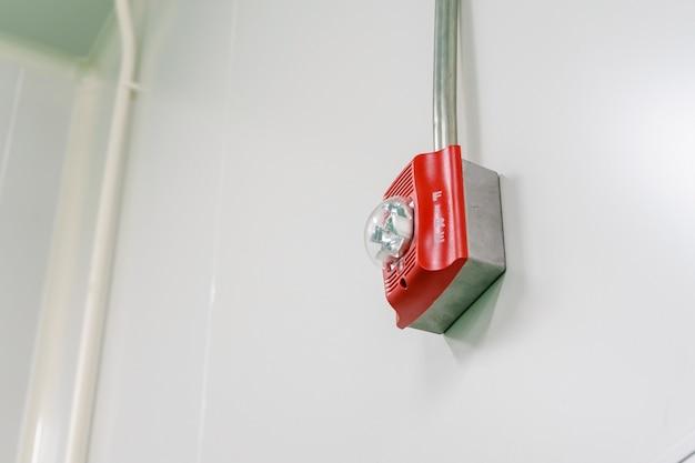 Un système d'alarme incendie avec lampe stroboscopique intégrée pour alerter en cas d'incendie et émergence spéciale