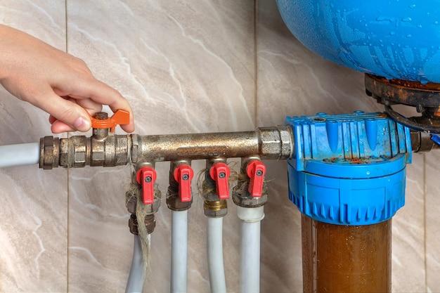 Système d'alimentation en eau automatique, les mains éteignent la vanne principale.